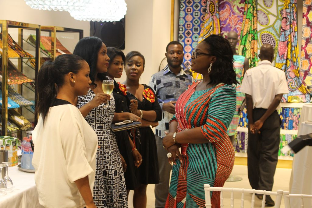 ellen-interacting-with-some-young-people-at-the-infanta-malaria-fundraising