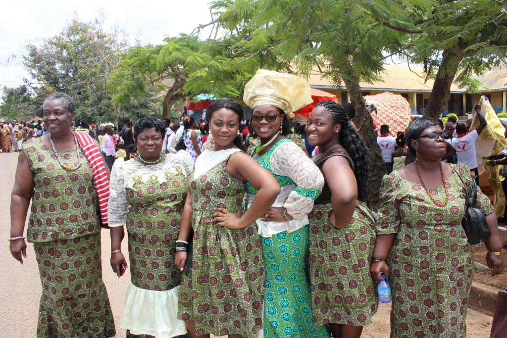 ellen-poses-for-a-picture-with-some-ladies-at-the-odamebea-festival